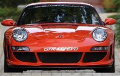 <p>Foto de archivo del Gemballa Avalanche GTR-650 EVO de Porsche, 31 jul 2008. Porsche reportó el miércoles que los ingresos y ventas unitarias en su negocio central de autos deportivos se estancaron en el último año fiscal en medio de la debilidad del clima económico. REUTERS/Tim Chong</p>