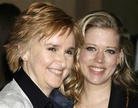 <p>Foto de archivo de la cantante Melissa Etheridge (izquierda en la imagen) y su novia Tammy Lynn Michaels durante los premios a la música pop ASCAP Pop en Hollywood, California, EEUU, 18 abr 2007. REUTERS/Fred Prouser/Files</p>