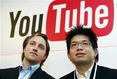 <p>Foto de archivo de los co fundadores de Youtube, Chad Hurley (izquierda en la imagen) y Steve Chen, durante una conferencia de prensa en París, 19 jun 2007. YouTube, el sitio para compartir videos más popular del mundo, comenzará a vender música y videojuegos y experimentará con un nuevo formato de publicidad para aumentar los ingresos, dijeron el martes ejecutivos. REUTERS/Philippe Wojazer</p>