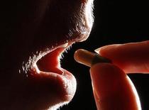 <p>Un paziente assume antidepressivi. REUTERS/Darren Staples</p>