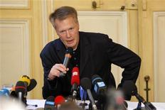 <p>French writer Jean-Marie Gustave Le Clezio speaks during a news conference in Paris October 9, 2008 after he won the 2008 Nobel prize for literature. REUTERS/Benoit Tessier</p>