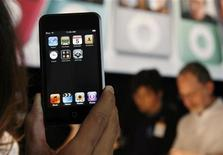 <p>Un modello iPod Touch di Apple. REUTERS/Robert Galbraith</p>