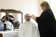<p>Il turista spaziale Richard Garriott taglia i capelli al cosmodromo Baikonur. REUTERS/Sergei Remezov</p>