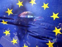 <p>Флаг Евросоюза на улице в Будапеште 5 июня 2008 года. Государства Евросоюза на этой неделе подумают о возможности возобновления переговоров о стратегическом партнерстве с РФ после того, как Москва вывела свои войска из двух буферных зон вокруг Южной Осетии и Абхазии. REUTERS/Karoly Arvai (HUNGARY)</p>
