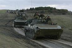 <p>Российские войска покидают блокпост в районе грузинского села Надарбазеви 8 октября 2008 года. Европейский Союз пока не определил дату возобновления переговоров о партнерстве с Россией, желая убедиться, что Москва соблюдает договор о прекращении огня с Грузией. REUTERS/David Mdzinarishvili</p>