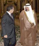 <p>Король Саудовской Аравии Абдулла приветствует короля Иордании Абдуллу в Королевском дворце, 7 сентября 2008 года Компания, принадлежащая саудовскому принцу и миллиардеру Альвалиду намерена построить в Саудовской Аравии самый высокий в мире небоскреб высотой в километр. REUTERS/Saudi Press Agency/Handout (SAUDI ARABIA)</p>