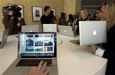 <p>Lors de la présentation de la nouvelle gamme de MacBook d'Apple à la presse. Apple. Ces nouveaux modèles, équipés de cartes graphiques Nvidia et de processeurs Intel, sont dotés de coques en aluminium et leurs tarifs débutent à 1.299 dollars (951 euros). /Photo prise le 14 octobre 2008/REUTERS/Kimberly White</p>