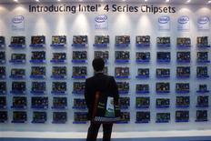<p>Le groupe américain Intel, numéro un mondial des microprocesseurs, a enregistré une hausse de 12% de son bénéfice au troisième trimestre, à 2,01 milliards de dollars contre 1,86 milliard de dollars un an plus tôt. /Photo prise le 3 juin 2008/REUTERS/Nicky Loh</p>