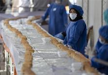 <p>Una cocinera iraní espera para preprar un sandwich de 1.500 metros de largo en el norte de Teherán 17 oct 2008. Irán fracasó el viernes en registrar en el Libro Guinness de los Records el que sería el sándwich más grande del mundo, luego de que la gente alrededor del emparedado corrió hasta él y comenzó a comerlo antes de que fuera medido. REUTERS/Morteza Nikoubazl (IRAN)</p>