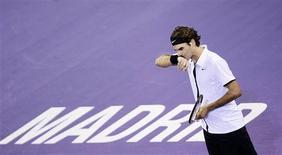<p>Roger Federer, da Suíça, gesticula durante partida contra o argentino Del Potro no Masters de Madri. REUTERS/Susana Vera</p>