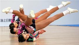 <p>Immagine di archivio di atlete impegnate in esercizi di aerobica. REUTERS/Issei Kato</p>