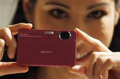 <p>Sony abaisse de 57% sa prévision de bénéfice d'exploitation annuel, la ramenant nettement en dessous des attentes des marchés financiers en raison de la vigueur du yen et de la concurrence par les prix dans les téléviseurs à cristaux liquides, les appareils photo numériques et les caméscopes. /Photo prise le 22 septembre 2008/REUTERS/Ina Fassbender</p>