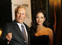 """<p>El director estadounidense Clint Eastwood y la actriz Angelina Jolie al llegar al estreno de """"Changeling"""" en Nueva York 4 oct 2008. El filme de Clint Eastwood """"Gran Torino"""" se estrenará en las salas de cine el 17 de diciembre con la esperanza de acaparar la atención durante la temporada de premios. REUTERS/Lucas Jackson (EEUU)</p>"""