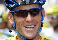 <p>O ciclista Lance Armstrong, sete vezes campeão da Volta da França, aprovou o trajeto da principal prova internacional de ciclismo em 2009. O norte-americano, que desistiu da aposentadoria após três anos, precisa ainda decidir se correrá ou não na França, no próximo verão europeu. REUTERS/Stefano Rellandini</p>