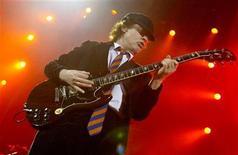 """<p>Foto de archivo del guitarrista de la banda australiana AC/DC Angus Young durante un concierto en Londres, 21 oct 2003. El nuevo disco de estudio de la banda AC/DC, que llega tras ocho años de silencio, ha """"volado"""" de las estanterías de Wal-Mart y Sam's Club, las tiendas minoristas que tienen la exclusividad para vender el álbum en Estados Unidos. El disco salió a la venta el martes. REUTERS/Toby Melville TM/MD</p>"""