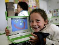 <p>Una bimba col computer REUTERS/Andres Stapff</p>