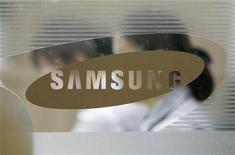 <p>Foto de archivo del logo de la compañía Samsung Electronics en su sede central de Seúl, 22 abr 2008. Samsung Electronics reportó el viernes una reducción del 44 por ciento en sus ganancias netas trimestrales por el fuerte declive de los precios de las pantallas planas y de los chips de memoria, y anunció unas perspectivas poco prometedoras. REUTERS/Jo Yong hak</p>