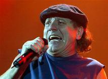 <p>Foto de archivo del vocalista de la banda australiana de rock AC/DC, Brian Johnson, durnate un concierto en Londres, 21 oct 2003. Disparen los cañones, y saluden al producto de exportación roquero más exitoso de Australia. AC/DC regresó al tope de las listas de música alrededor del mundo con su último disco en ocho años, demostrando que sus admiradores nunca se cansan de un guitarrista entrado en años que se viste como un chico de escuela y de un cantante cuya voz suena dolorosamente áspera. REUTERS/Toby Melville</p>