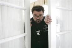 """<p>Foto de archivo del director de la cinta """"Zack and Miri Make a Porno"""", Kevin Smith, en Los Angeles, 19 oct 20081. El sexo fue un tema interminable de conversación para los personajes de la exitosa cinta debut del director Kevin Smith """"Clerks"""", de 1994, pero en su nueva película """"Zack and Miri Make a Porno"""" va más allá de las palabras, está en exhibición. REUTERS/Mario Anzuoni</p>"""