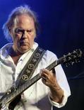 """<p>El cantante canadiense Neil Young se presenta en el festival """"Rock in Rio"""" en Arganda del Rey, cerca de Madrid, 27 jun 2008. Neil Young canceló un concierto en Los Angeles programado para el jueves en un señal de respeto por una protesta sindical, señalaron representantes del veterano roquero. REUTERS/Andrea Comas (ESPANA)</p>"""