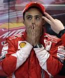 <p>O piloto da Ferrari Felipe Massa, from Brazil, depois de treino em Interlagos, em São Paulo. A torcida brasileira vê apenas uma chance para que Felipe Massa consiga conquistar o título da Fórmula 1 no Grande Prêmio do Brasil, no domingo: é preciso que algo aconteça a Lewis Hamilton que o tire da prova no circuito de Interlagos. REUTERS/Bruno Domingos (BRAZIL)</p>