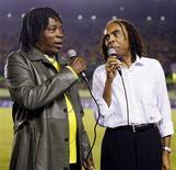 <p>Os cantores brasileiros Milton Nascimento (esq) e Gilberto Gil, cantam o hino nacional brasileiro antes do início de partida classificatória para a Copa do Mundo de 2006, na cidade de Belo Horizonte, no dia 2 de junho de 2004. Milton Nascimento não fez seu nome com a bossa nova, mas, para comemorar o 50o aniversário do gênero, decidiu levá-lo em turnê internacional. REUTERS/Sergio Moraes (Newscom TagID: rtrphotos941752) [Photo via Newscom]</p>