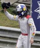 <p>O piloto da Red Bull, o escocês David Coulthard, acena para a torcida em sua despedida da Fórmula 1, em prova curta após confusão na largada. REUTERS/Sergio Moraes (BRAZIL)</p>