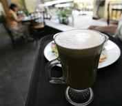 <p>A waitress serves coffee to a customer in a coffee shop in Jakarta July 23, 2008. REUTERS/Supri</p>