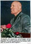 <p>Un afiche con la imagen de Benito Mussolini colocado en un muro en Roma 28 abr 2002. El fascista italiano que planeó el robo del cadáver del dictador Benito Mussolini murió, dijo el lunes un miembro de su familia. Domenico Leccisi excavó la tumba sin inscripción del dictador en abril de 1946, causando un escándalo en la frágil democracia italiana de posguerra. REUTERS/Vincenzo Pinto VP/GB</p>