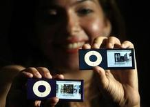 """<p>Una modelo muestra el nueo """"iPod nano"""" de Apple en su lanzamiento en Mumbai 15 sep 2008. La tecnológica estadounidense Apple Inc nombró a Mark Papermaster como líder de su equipo para el desarrollo del iPod y del iPhone, designación que IBM está dispuesta a pelear ante la justicia. REUTERS/Punit Paranjpe (INDIA)</p>"""