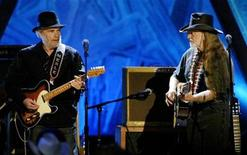 <p>Music legends Merle Haggard (L) and Willie Nelson perform together at the Wiltern Theatre in Los Angeles May 5, 2004. REUTERS/Robert Galbraith</p>