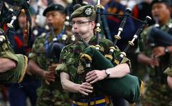 <p>Soldato scozzese suona la cornamusa a Edinburgh, in un'immagine d'archivio. REUTERS/David Moir</p>