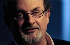 """<p>El autor británico Salman Rushdie habla en una entrevista con Reuters en Londres 15 abr 2008. El director canadiense Deepa Mehta y el escritor Salman Rushdie están desarrollando una adaptación fílmica de la histórica novela de 1981 """"Midnight's Children"""". El libro, que obtuvo para Rushdie el prestigioso premio literario Booker de Gran Bretaña, relata los acontecimientos en India desde 1910 hasta una declaración de estado de emergencia en 1976. REUTERS/Dylan Martinez (GRAN BRETANA)</p>"""
