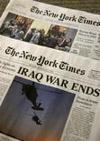 <p>Uma edição falsa do New York Times circulou na quarta-feira noticiando o fim da guerra do Iraque; a obra seria de um grupo chamado Yes Men. REUTERS/Brendan McDermid</p>