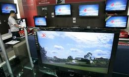 <p>Le sud-coréen LG Display, le japonais Sharp et le taiwanais Chunghwa Pictures ont plaidé coupable dans une enquête d'entente sur les prix des écrans plats LCD et ont accepté de payer une amende de 585 millions de dollars (469 millions d'euros). /Photo prise le 21 juillet 2008/REUTERS/Jo Yong-Hak</p>