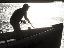 <p>A Canadian fisherman is silhouetted by the rising sun, September 29, 2008. REUTERS/Paul Darrow</p>