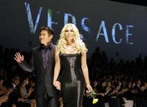 <p>Fashion designer Donatella Versace (R) walks with Chinese action star Jet Li after her fashion show in Beijing November 13, 2008. The show was the first by the fashion label Versace in China. REUTERS/David Gray</p>