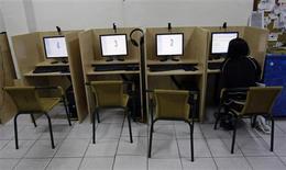 <p>Dans un cyber-café de Madrid. Selon des sources proches de l'exécutif européen, Bruxelles va mettre en garde l'autorité de régulation des télécoms espagnole (CMT) au sujet de son intention de ne plus obliger Telefonica à réserver pour ses concurrents un accès à son réseau haut débit à des prix réglementés. /Photo prise le 23 mai 2008/REUTERS/Andrea Comas</p>