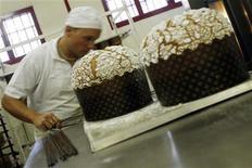 <p>Un uomo lavora alla produzione di un panettone. REUTERS/Dario Pignatelli (ITALY)</p>