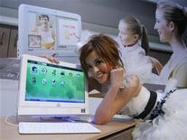 <p>Una modella posa con un computer. REUTERS/Nicky Loh</p>