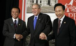 <p>U.S. President George W. Bush clasps hands with Japanese Prime Minister Taro Aso (L) and South Korean President Lee Myung-bak (R) in Lima November 22, 2008. The leaders are here to attend the APEC Summit. REUTERS/Kevin Lamarque</p>