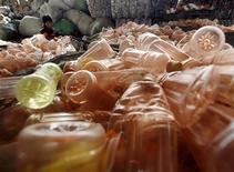 <p>Bottiglie di plastica in un centro di riciclaggio. REUTERS/David Gray</p>