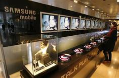 <p>Samsung Electronics a émis un avertissement sur les risques liés au ralentissement du marché de la téléphonie mobile cette année et l'an prochain, dix jours après Nokia, confirmant ainsi l'impact de la crise sur l'ensemble du secteur. /Photo prise le 24 octobre 2008/REUTERS/Lee Jae-Won</p>