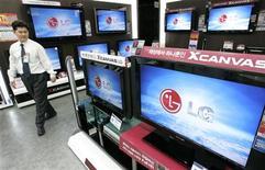 <p>Televisori con schermo Lcd di Lg Electronics in un negozio di Seoul. REUTERS/Jo Yong-Hak (SOUTH KOREA)</p>