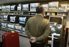 <p>Un cliente in una rivendita di televisori in una foto d'archivio. REUTERS/Andrea Comas</p>