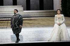 """<p>Due dei protagonisti del """"Don Carlo"""" in scena per la prima della Scala. REUTERS/Hand out/Teatro alla Scala/Marco Brescia</p>"""