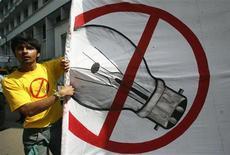 <p>Un attivista di Greenpeace protesta chiedendo l'abolizione delle lampadine. REUTERS/Parth Sanyal (INDIA)</p>