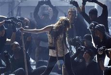 <p>Miley Cyrus performs at the 2008 American Music Awards in Los Angeles, November 23, 2008. REUTERS/Mario Anzuoni</p>