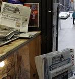 <p>El Chicago Tribune a la venta en Chicago 8 dic 2008. El grupo de medios estadounidense Tribune Co logró un inusual acuerdo de financiamiento con Barclays Capital, que involucra unos 350 millones de dólares en convenios de deuda, para financiar las operaciones durante su reorganización. REUTERS/Frank Polich</p>
