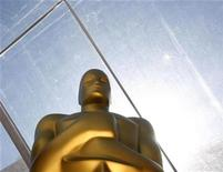 <p>An Oscar statue stands on the red carpet during preparations for the 80th annual Academy Awards in Hollywood February 23, 2008. The Oscars will be presented February 24, 2008. REUTERS/Lucas Jackson</p>